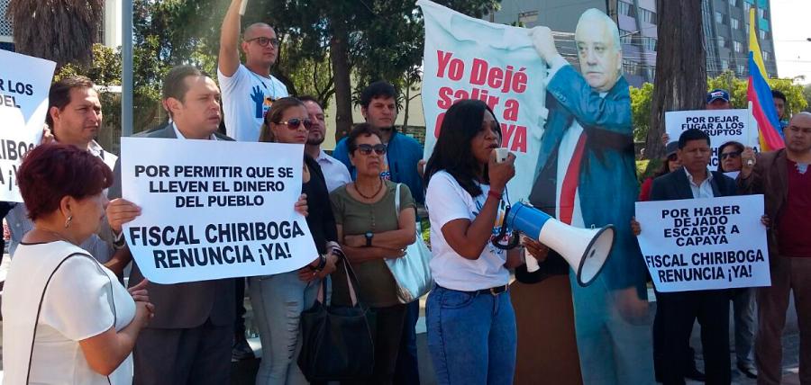 Mae Montaño realizó plantón para pedir renuncia de Fiscal