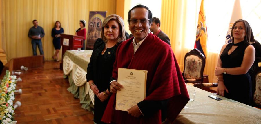CNE entregó credencial a asambleísta por Chimborazo