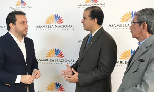 Gómez presentó Ley de defensa de los recursos para los pacientes de Solca