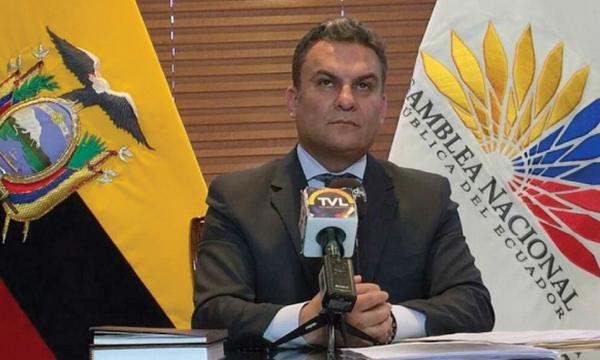 Mano derecha de Moreno en la Asamblea obligado a acatar la Constitución ante su censura a la libertad de expresión