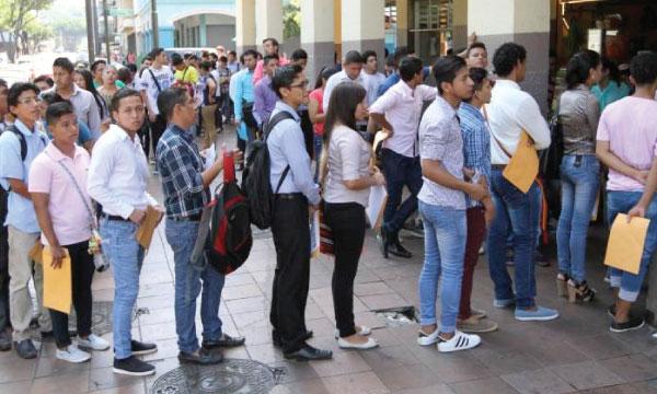 En el Ecuador el 56% de los desempleados son jóvenes que siguen esperando la promesa de 250.000 empleos por año