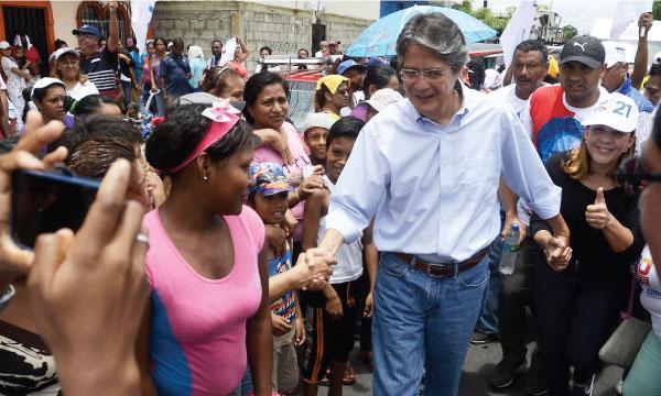 Guillermo Lasso continúa sus recorridos nacionales desde Guayaquil para rendir homenaje a las madres