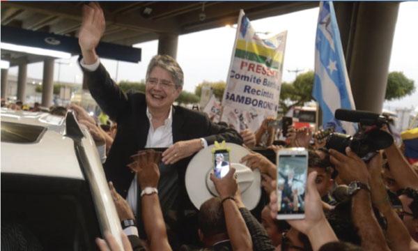 En medio del respaldo y cariño de sus simpatizantes, el  Líder de  CREO,  Guillermo Lasso, regresó a Ecuador tras recuperarse de  una cirugía realizada hace dos  meses.