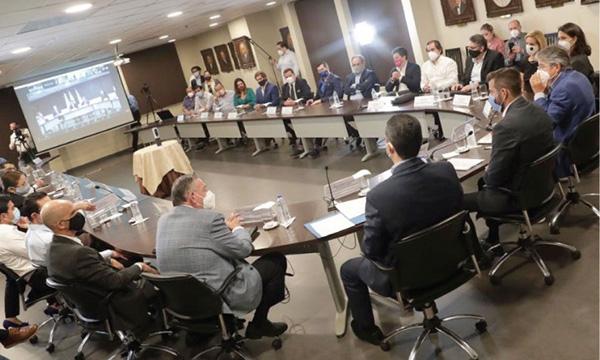 Lasso se reúne con los sectores productivos en la cámara de comercio de Guayaquil