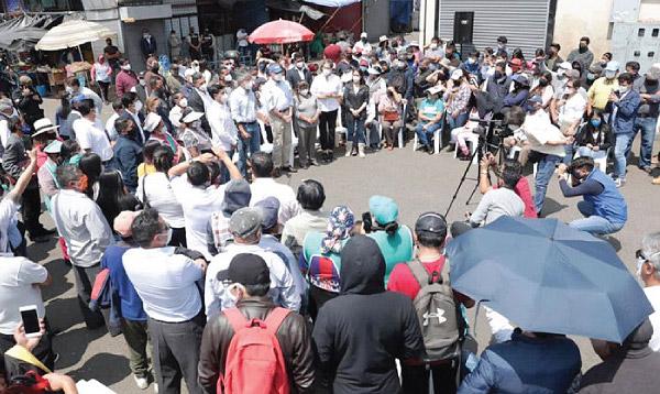 Lasso recibe respaldo de los comerciantes de Quito