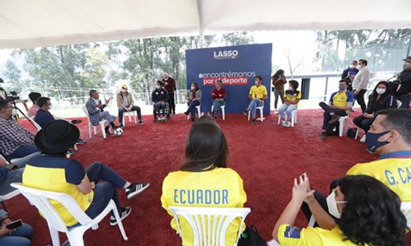 Lasso explicó sus propuestas a jóvenes deportistas en Quito